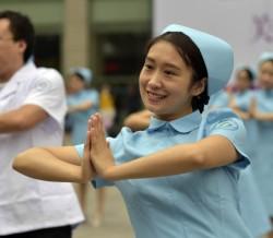 重庆女护士展示乳房保健操